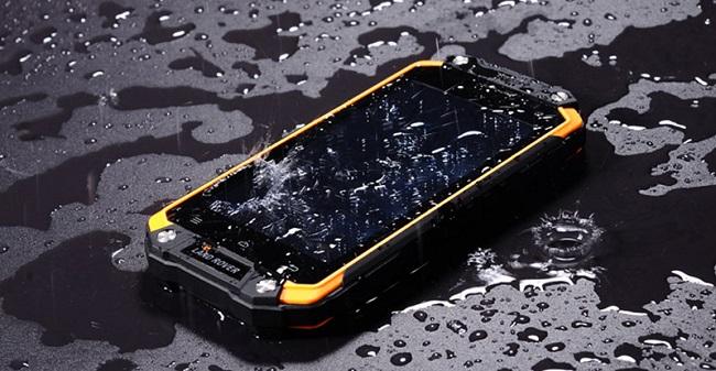 защищенные смартфоны в воде